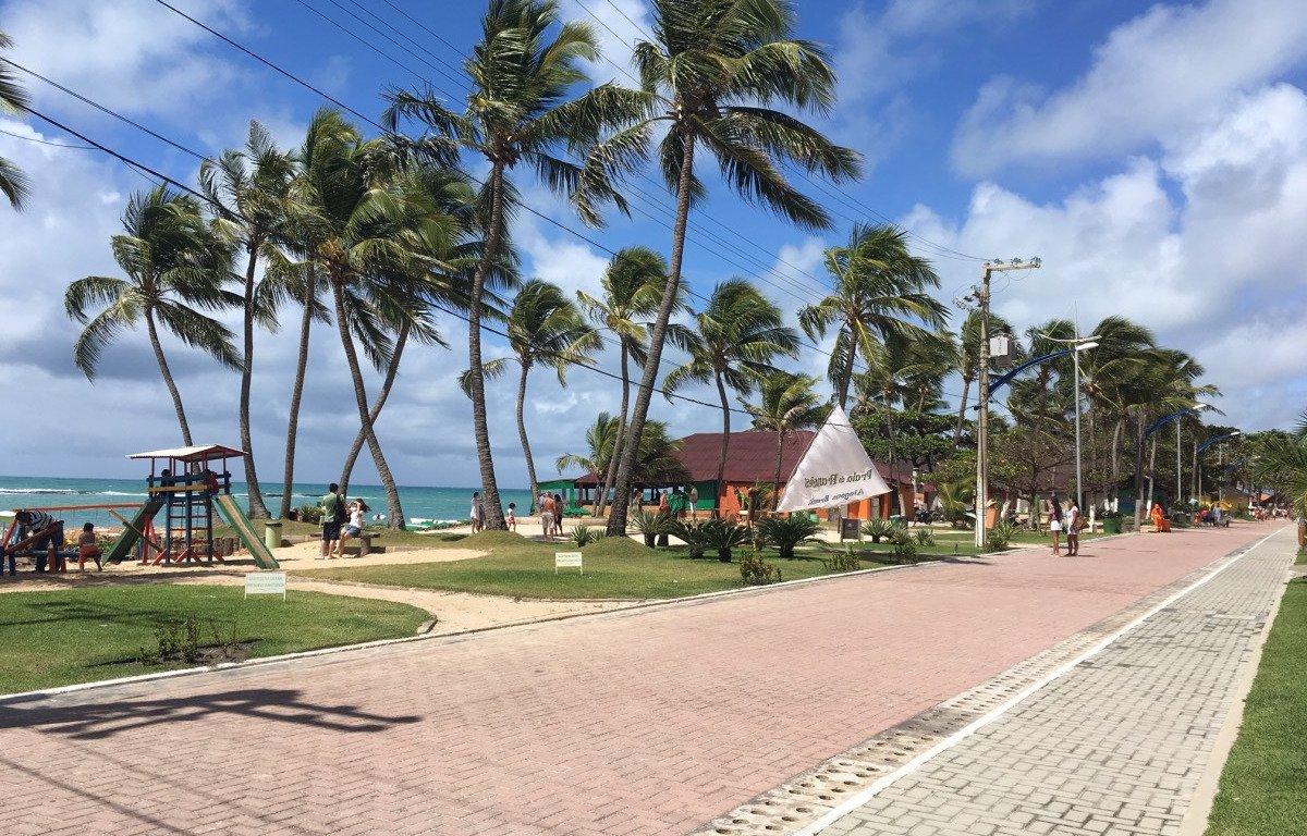 As 13 barracas localizadas na orla da Praia do Francês que foram lacradas pelo Ibama devem ser reabertas neste fim de semana ou até a próxima segunda-feira (20); houve um acordo entre os órgãos fiscalizadores, a Prefeitura de Marechal Deodoro e os barraqueiros