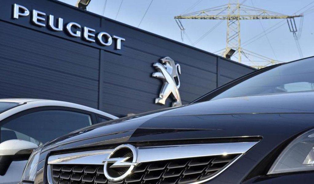 O grupo PSA, fabricante de veículos Peugeot e Citroen, acertou a compra da Opel da General Motors em um acordo que avalia a montadora em 2,2 bilhões de euros, anunciaram as companhias nesta segunda-feira, 6; acordo cria uma gigante regional que desafiará a líder de mercado Volkswagen