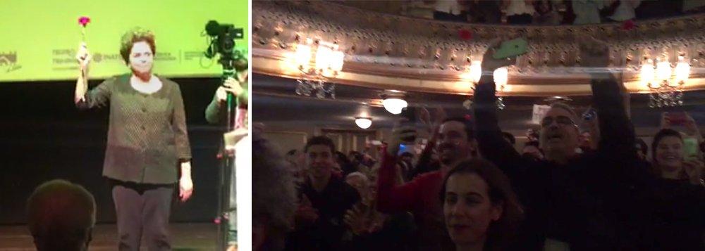 """""""Siiiim"""", respondeu o teatro lotado, em Lisboa, que parou para ouvi-la nesta tarde; Dilma subiu ao palco com um cravo na mão, símbolo da revolução portuguesa, e fez um discurso emocionado em defesa da democracia e dos direitos dos trabalhadores, que estão sob ataque desde que Michel Temer, que a traiu, subiu ao poder, graças a uma conspiração que envolveu políticos corruptos, citados na lista de Janot, grupos de comunicação e setores do Poder Judiciário, assim como empresários, que hoje veem seus negócios ruírem num Brasil destroçado; com status de popstar, Dilma foi ovacionada; """"só a volta à democracia pode salvar o Brasil"""", afirmou; acompanhe ao vivo"""