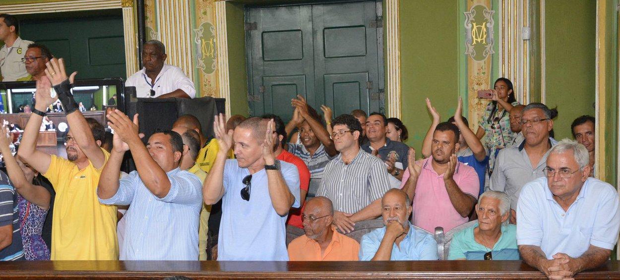 Proibido em Salvador com chancela do prefeito ACM Neto (DEM) no ano passado, o Uber voltou à pauta e acirrou os ânimos na Câmara Municipal nesta terça-feira (14). Motoristas do aplicativo e taxistas se opuseram na galeria da Casa durante toda a sessão ordinária; Tramita no Legislativo soteropolitano o Projeto de Lei nº 57/17, de autoria do vereador Maurício Trindade (DEM), que propõe a regulamentação do Uber. Em 2016 a proibição se deu por meio de um projeto de Alfredo Mangueira (PMDB); taxistas e motoristas do Uber se estranhavam nas galerias