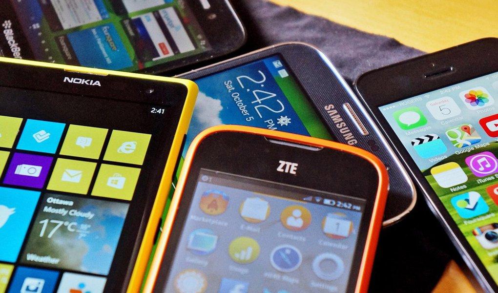 """Estudo realizado pela Google mostra que o percentual de brasileiros que usam smarphones no País chegou a 62% em 2016; segundo os dados do """"Google Consumer Barometer"""", que a empresa realiza anualmente, em 2012, eram apenas 14% dos brasileiros que utilizavam telefones do gênero; estudo mostra também que 59% dos brasileiros usam os smartphones como meio mais frequente de acesso à rede"""