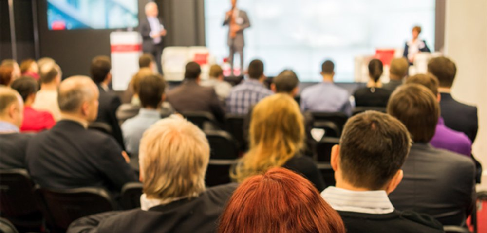 Um pitch é uma apresentação direta e curta, com o objetivo de vender a ideia da sua startup para um possível investidor;nele, é importante ressaltar os aspectos mais importantes da sua empresa: qual é o problema que você quer resolver? Como é o mercado? Qual é o diferencial da sua empresa?; Quem são os profissionais que formam a sua equipe?; entre outros pontos; embora pareça uma tarefa razoavelmente simples, fazer um pitch envolve muitas questões, desde conseguir explicar resumidamente a sua proposta até quem é sua audiência – você tem em mente um investidor anjo ou um fundo de venture capital? – e como exatamente você quer aplicar o investimento que arrecadar