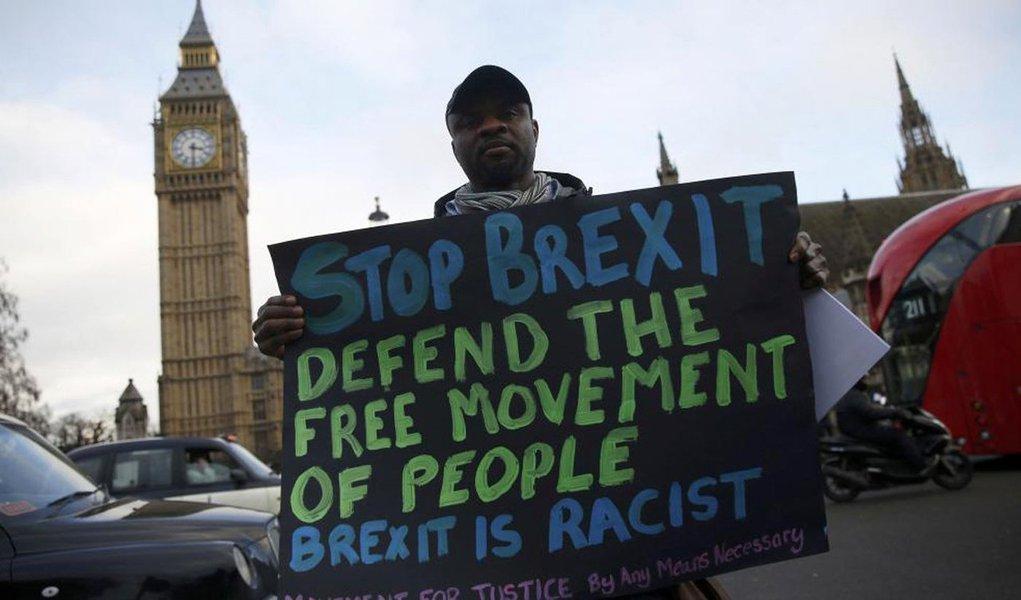 """Centenas de cidadãos europeus residentes no Reino Unido se manifestaram em frente ao Parlamento britânico, para exigir garantias de que poderão continuar vivendo como antes da implantação do Brexit (saída do Reino Unido da União Europeia); Portando cartazes com frases como """"não somos moeda de troca"""", ou """"parem o Brexit, o Brexit é racista"""", os imigrantes, alguns há décadas residentes no país, casados com britânicos, ou com filhos e netos nascidos no território, pediram ao governo de Theresa May que assegure que seus direitos não mudarão após a saída do bloco"""