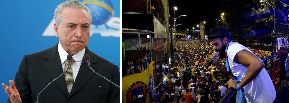 """Durante apresentação na noite dessa sexta-feira, 24, o cantor Russo Passapusso, vocalista da banda Baiana System, decidiu trazer o debate político para o desfile de seu trio na Barra-Ondina; arrastando uma multidão em torno do trio elétrico, Russo entoou gritos de ordem como """"machistas, fascistas, não passarão"""", devidamente acompanhados pelo público; no fim, o artista gritou """"Fora, Temer"""", sendo novamente acompanhado pelo público diversas vezes. O protesto da banda Baiana System aconteceu quando algumas emissora de TV estavam ao vivo; na mesma noite, no Pelourinho, o cantor e compositor Caetano Veloso participou, de surpresa, do show em homenagem aos 50 anos do Tropicalismo; ele encerrou o show com um """"Fora, Temer!"""", acompanhado pela plateia"""