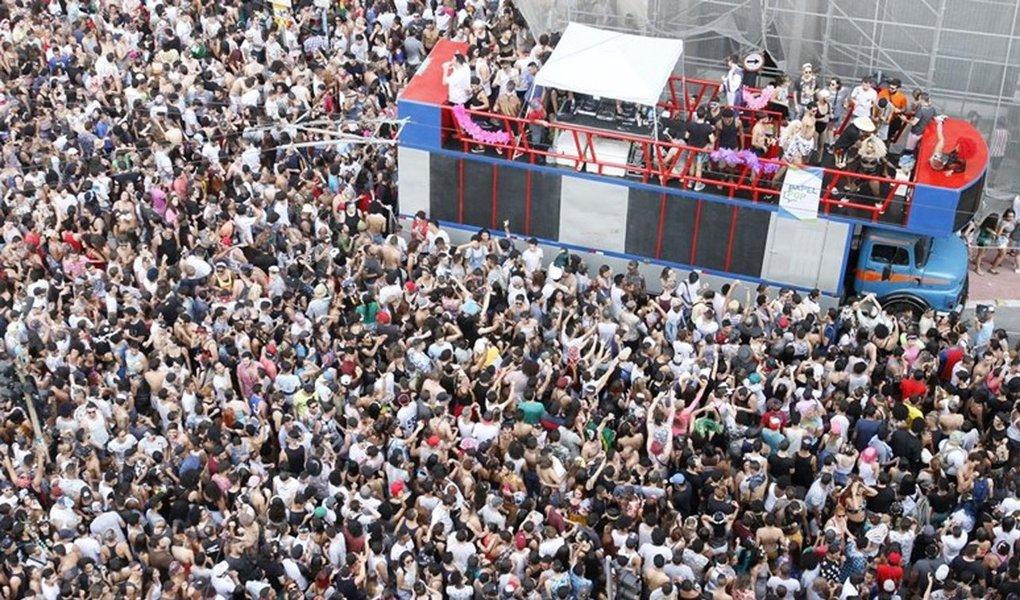 """Para celebrar o feriado do carnaval em São Paulo, cerca de 150 blocos desfilarão pela cidade; nos cinco dias, a folia começa às 9h e segue até as 22h, horário de dispersão dos foliões; Bloco Afro Ilú Obá de Min abre o carnaval neste sábado, 25, às 19h, na Praça da República; destaque, entre outros, para o grupo """"Domingo Ela Não Vai"""", que no domingo, 26, leva o axé para o carnaval paulistano e estará concentrado na Praça do Correio, região central, às 14h; confira programação completa"""