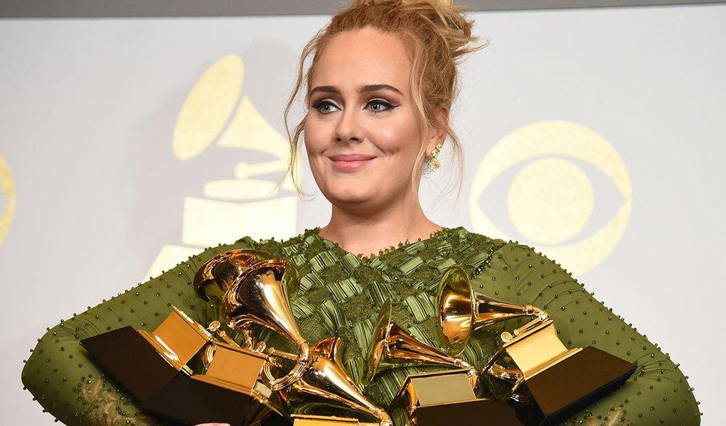 """Adele foi a grande vencedora do prêmio Grammy de 2017 no domingo, ficando com as principais estatuetas de melhor álbum, gravação e canção do ano – uma vitória chocante e histórica sobre Beyoncé em uma noite marcada por declarações políticas e homenagens emotivas;""""Sinto que era a vez de ela (Beyoncé) vencer"""", declarou Adele, que soma 15 Grammys na carreira"""