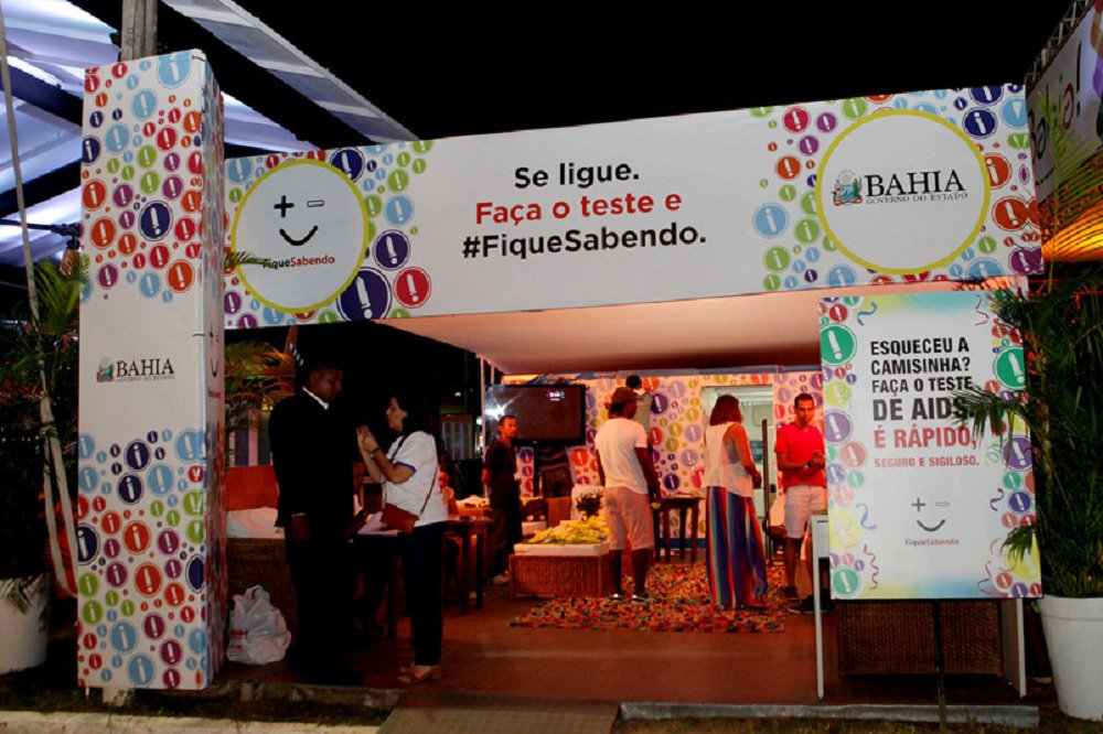 Dois postos de detecção de doenças sexualmente transmissíveis (DSTs) serão instalados nas proximidades dos circuitos do carnaval de Salvador; neste ano, quem tiver testagem positiva para sífilis poderá começar o tratamento imediatamente no local; a prefeitura de Salvador vai instalar os postos 'Fique Sabendo' perto do Farol da Barra e do Campo Grande; nos locais, os foliões também poderão realizar testes para detecção do vírus HIV e de doenças como as hepatites B e C