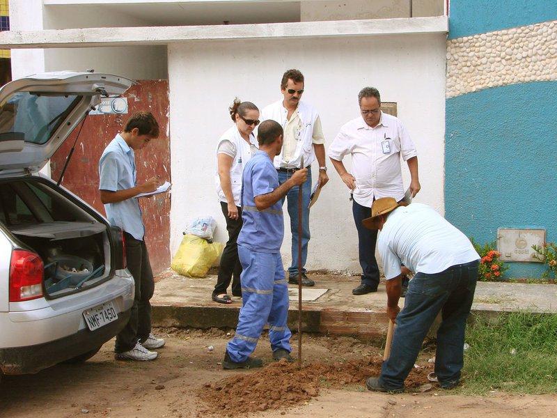 A Companhia de Saneamento de Alagoas (Casal) flagrou seis propriedades roubando água durante uma operação desencadeada em Piranhas e em Olho d'Água do Casado, no Sertão; a Casal informou que vai tentar identificar os responsáveis e notificá-los para responderem criminalmente pelo furto de água