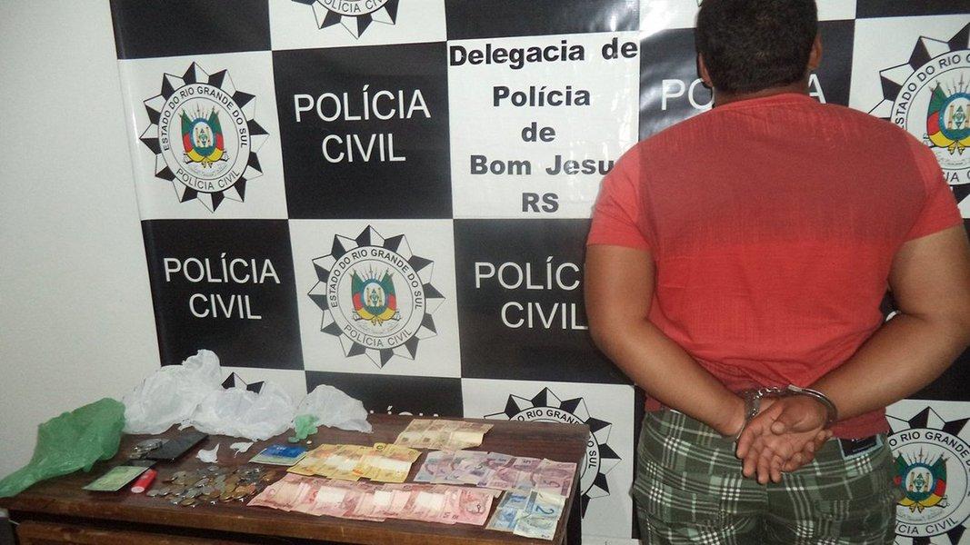 E 91% dos processos decorrentes dessas detenções terminam com condenação; no estudo intitulado Prisão provisória e Lei de Drogas – um estudo sobre os flagrantes de tráfico de drogas na cidade de São Paulo, o NEV-USP analisou 667 autos de detenção por porte de entorpecentes na capital paulista referentes aos meses de novembro e dezembro de 2010 e janeiro de 2011; eles representaram 70% do total desse tipo de detenções no período