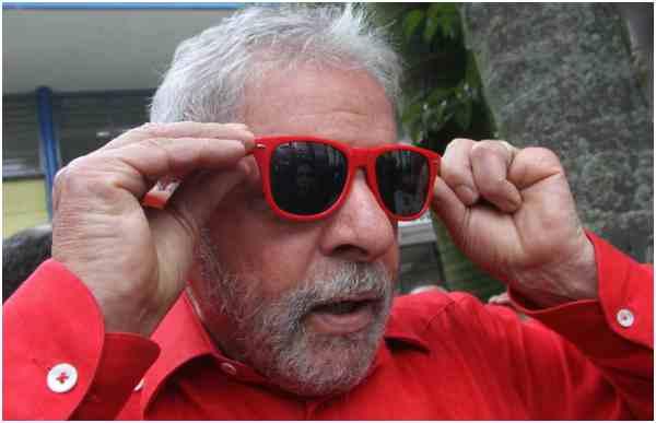 """A ridículaFolha de S. Paulofaz torcida contra Lula ao invés do """"jornalismo imparcial"""" que anuncia. Poderia o jornalão fazer a torcida contra ou a favor de quem bem entendesse se ao menos tivesse a honradez de assumir que o faz"""