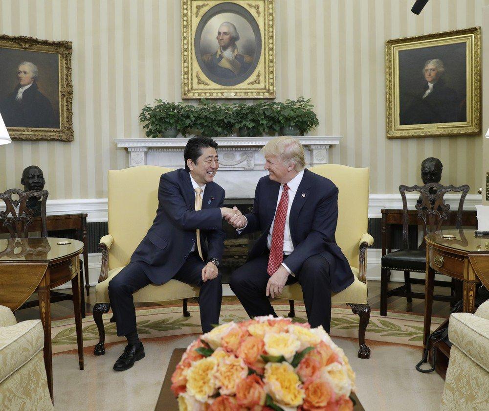 """A abordagem dos Estados Unidos em relação à Coreia do Norte, que no domingo testou um míssil balístico, deve se tornar mais dura do que no passado, disse o primeiro-ministro do Japão, Shinzo Abe, nesta segunda-feira; """"Acredito que a postura dos Estados Unidos em relação à Coreia do Norte irá se tornar muito mais dura, isso está claro"""", disse Abe em um programa de notícias da emissora NHK depois de se reunir com o presidente norte-americano, Donald Trump, nos EUA"""