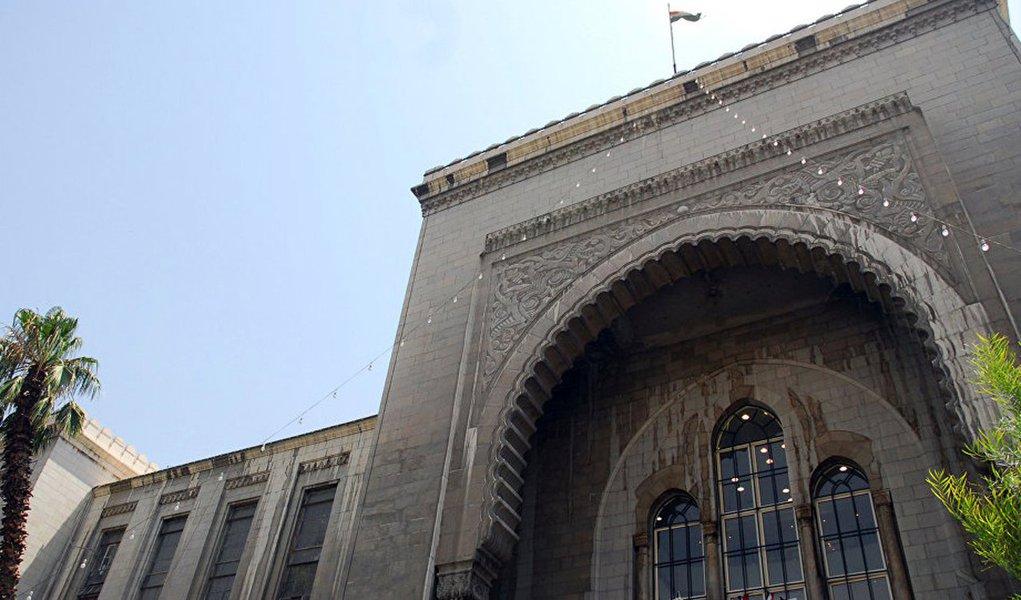 Dezenas de pessoas morreram ou ficaram feridas em um ataque suicida de um homem-bomba no prédio de um tribunal de Damasco nesta quarta-feira, de acordo com a mídia local síria nesta quarta-feira (15); segundo a mídia estatal, o agressor tinha como alvo o Palácio de Justiça, no centro de Damasco