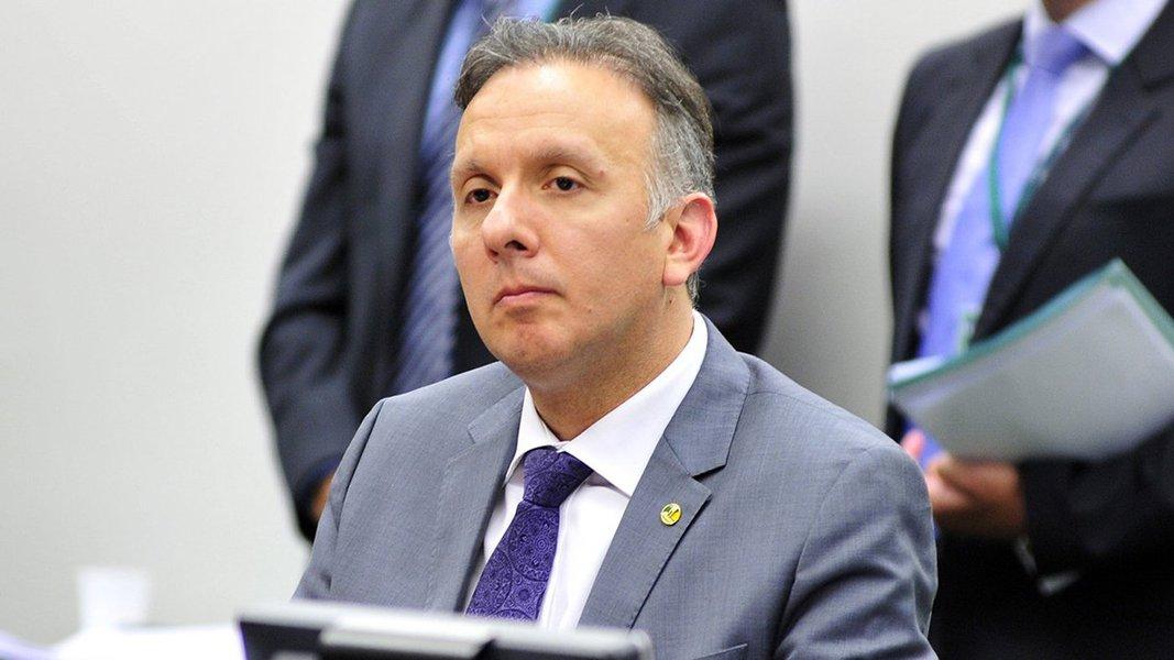 O Palácio do Planalto anunciou que o deputado federal Aguinaldo Ribeiro (PP-PB) vai assumir a liderança do governo no lugar de André Moura (PSC-SE); o anúncio foi feito pelo porta-voz, Alexandre Parola; o deputado Lelo Coimbra (PMDB-ES) também foi anunciado como líder da maioria na Casa