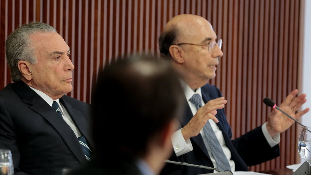 """Em discurso na abertura de reunião sobre a reforma da Previdência, Michel Temer disse usou a aprovação da privatização da Cedae pela Alerj como exemplo para o País; já o ministro da Fazenda, Henrique Meirelles, disse que o Brasil dá """"sinais sólidos de recuperação"""", com a subida e a valorização da Bolsa de Valores, o ganho de valores que tiveram o Banco do Brasil, a Petrobras, a Vale, e com a queda do risco Brasil e do dólar; """"Tudo isso é mensagem de confiança no ajuste e nas reformas que estamos fazendo. É um apoio profundo às mudanças fundamentais. Todas as reformas disponibilizarão recursos para a sociedade brasileira. Crescimento dos gastos geraria crise, não fosse esse tipo de medida tomada"""""""