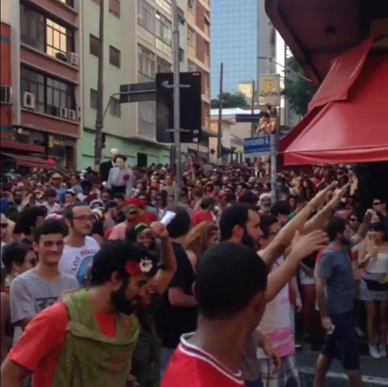 No primeiro dia do período do carnaval de rua em São Paulo, o Bloco Soviético puxou seu trio com o hit 'Fora Temer' neste sábado; protesto contou com o incremento de um boneco em alusão a Michel Temer; 'Nossa luta é por respeito', gritavam os foliões