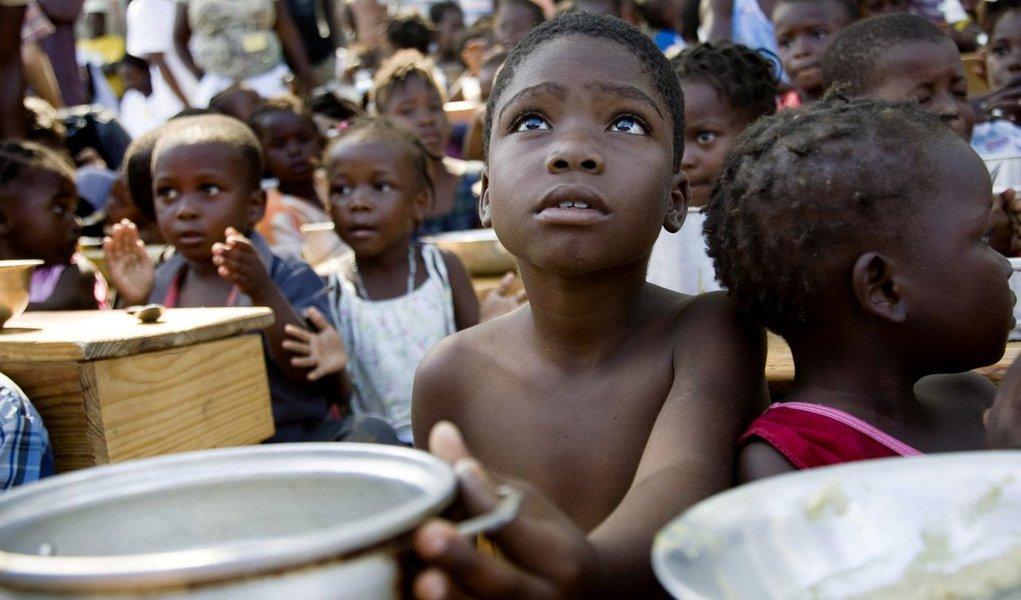 """Quase 1,4 milhão de crianças estão em """"risco iminente"""" de morrer em decorrência da fome na Nigéria, Somália, no Sudão do Sul e no Iêmen, alertou o Fundo das Nações Unidas para a Infância(Unicef, na sigla em inglês) nesta terça-feira, 21; Pessoas já estão morrendo de fome nestes quatro países, e o Programa Mundial de Alimentos disse que mais de 20 milhões de vidas correm perigo nos próximos seis meses; """"Ainda podemos salvar muitas vidas. A desnutrição grave e a fome iminente são em grande parte causadas pelo homem. Nossa humanidade em comum exige uma ação mais rápida. Não podemos repetir a tragédia da fome de 2011 no Chifre da África"""", disseo diretor-executivo do Unicef, Anthony Lake, em um comunicado"""