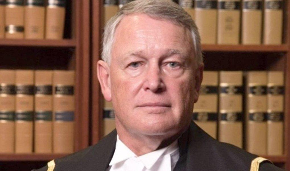 """Robin Camp renunciou ao cargo nesta quinta-feira (10) após uma análise do Conselho Judicial do Canadá concluir que a atitude dele prejudicou seriamente a confiança da população no Judiciário; em 2014, o magistrado perguntou a uma vítima de estupro """"por que você não pôde simplesmente manter seus joelhos juntos?"""". Com a repercussão negativa do caso, ele pediu demissão e a ministra federal da Justiça, Jody Wilson-Raybould, aceitou sua renúncia"""