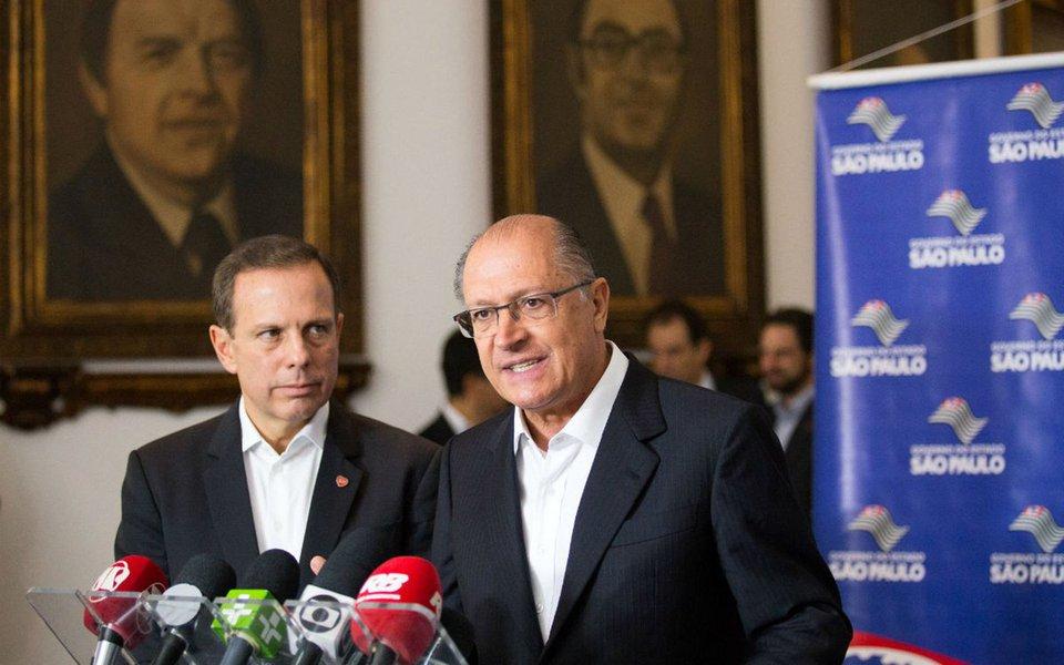 """""""Alckmin, com uma candidatura Dória, perde grande parte de seu já modesto lastro eleitoral no conservadorismo paulista. Castigo para quem trouxe a cobra para o ninho e para um partido que cevou e estimulou a histeria coxinha, da qual Doria é a mais perfeita tradução"""", analisa o editor do Tijolaço, sobre o anúncio do prefeito de São Paulo, João Doria (PSDB), de que admite sair do PSDB para disputar a presidência; """"Para quem achava que José Serra e Aécio Neves eram o pior em controle da máquina partidária que podia ocorrer entre os tucanos, Doria mostra que é possível mais, muito mais"""", diz Fernando Brito"""
