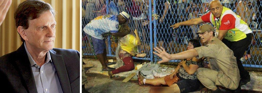 """Prefeito Marcelo Crivella lamentou nesta segunda-feira (27), através de sua página no Facebook, o acidente ocorrido na noite de domingo (26), no qual um carro alegórico da Paraíso de Tuiuti desgovernado imprensou 20 pessoas contra o alambrado da Marquês de Sapucaí; Crivella visitou feridos no Hospital Miguel Couto e no Souza Aguiar; """"Me certifiquei pessoalmente de que todas as providências foram tomadas para atender as vítimas"""", escreveu, acrescentando: """"Quero tranquilizar a população e manifestar meu orgulho da nossa equipe médica e de todos os órgãos públicos envolvidos"""""""