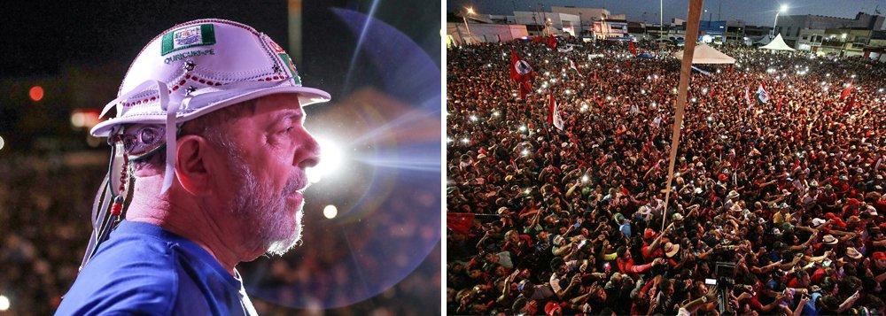 """Recebido em Ouricuri com festa por uma multidão de pessoas que vieram de várias cidades do sertão pernambucano, o ex-presidente Lula afirmou nesta quinta-feira, 31, que, apesar do golpe que completou um ano, o Brasil voltará a ter esperança; """"Esse país vai voltar a sorrir, as pessoas vão voltar a sonhar e a ter esperança"""", afirmou; """"Esteja eu onde estiver, com a idade que eu tiver, estarei lutando para que essa gente respeite o povo pobre deste país"""", disse Lula"""