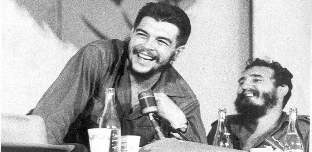 """Há 50 anos, foi assassinado o revolucionário mais popular do século XX. O argentino Ernesto """"Che"""" Guevara morreu na Bolívia em 9 de outubro de 1967 lutando pelo seu ideal de justiça social; a Sputnik falou com Oscar Fernández Mell, médico e amigo do mais famoso socialista; a ligação entre ambos começou em plena guerra contra o regime de Fulgencio Batista Zaldívar, nos finais dos anos cinquenta, quando o exército revolucionário se encontrava em Sierra Maestra; o jovem médico Oscar Fernández Mell estava na parte oeste da cadeia montanhosa; Che se dirigia para a região com um único objetivo: organizar a luta"""
