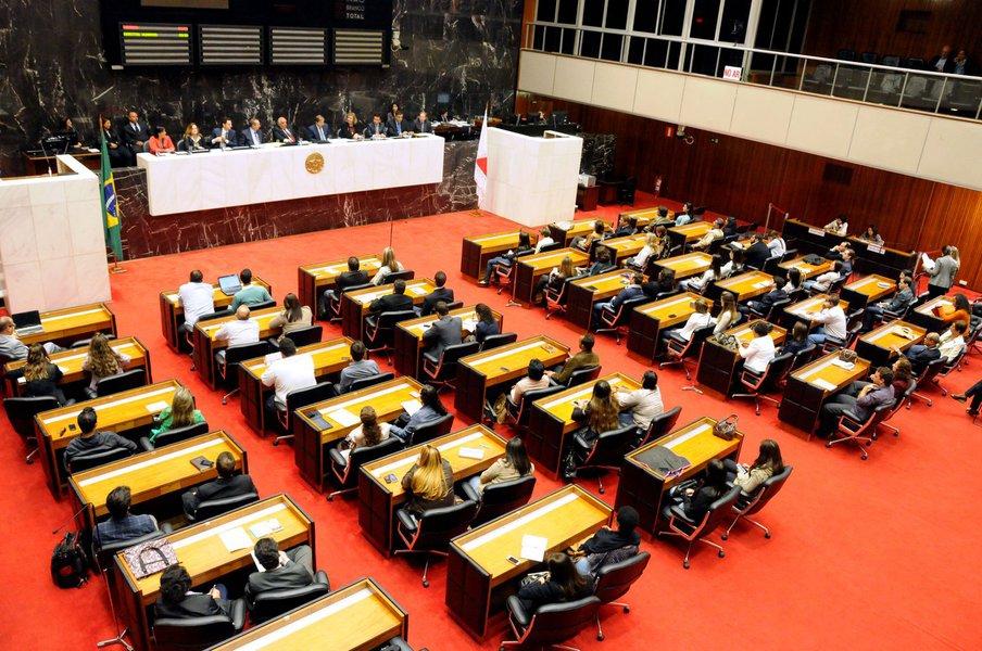 Os servidores da Assembleia Legislativa de Minas Gerais terão um reajuste salarial de 4,57%, percentual estabelecido em projeto de lei publicado no Diário Legislativo, que determina o pagamento retroativo a 1º de abril de 2017; de acordo com a Mesa Diretora, o projeto atende à lei que determina revisão salarial em abril de todo ano; também foi concedido o índice da inflação acumulada entre abril de 2016 e de 2017
