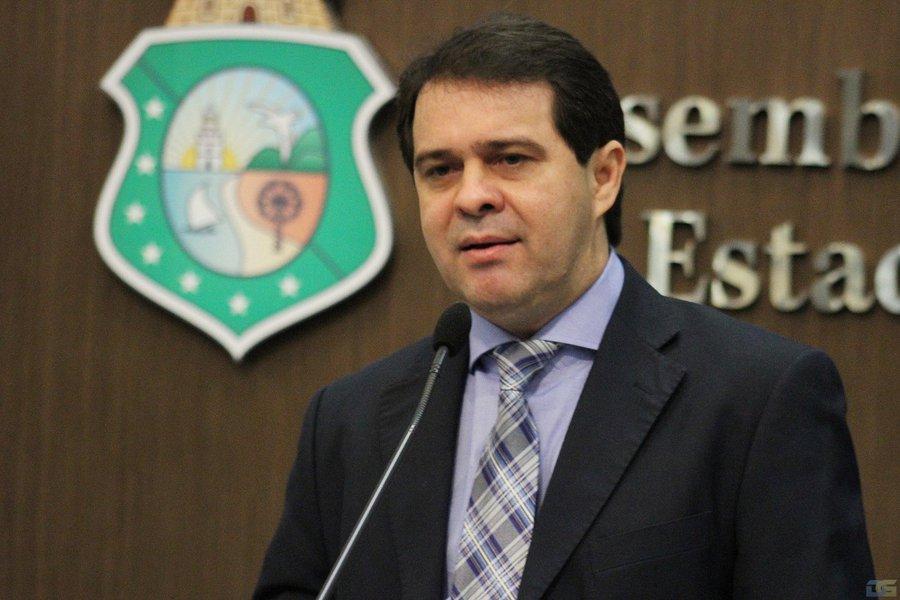 """Em pronunciamento da Assembleia Legislativa, o líder do governo na Casa, Evandro Leitão (PDT), pediu cautela por parte dos deputados sobre a abordagem a respeito da delação do empresário Wesley Batista. """"Quero lembrar aqui que, em nenhum momento, o nome de Camilo Santana (PT) foi mencionado na delação, e que Cid Gomes também não aceitou nenhum tipo de negociação. Isso está claro no depoimento em vídeo"""", salientou"""