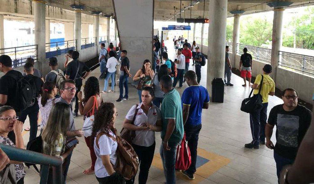 Todas as estações de metrô foram fechadas nesta manhã, por conta de um apagão; de acordo com a CBTU, o serviço foi normalizado por volta das 9h; os sinais de trânsito na capital também foram afetados;informação da Chesf é de que houve pane em subestação na capital