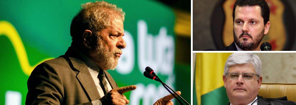 """Defesa do ex-presidente protocolou representação ao procurador-geral da República, Rodrigo Janot, """"para que apure eventual abuso de autoridade por parte do Delegado Federal Igor Romário de Paula, na entrevista que concedeu ao portal UOL (27/1/2017), quando afirmou que o 'timing para prender Lula pode surgir em 30 ou 60 dias'""""; a petição, assinada por juristas renomados, destaca que o comportamento """"fere a ética e responsabilidade institucional da Polícia Federal"""" e que o delegado teve """"total desrespeito"""" à condição de Dona Marisa Letícia, que estava internada após sofrer um AVC; """"Registra-se que esse é mais um de vários abusos cometidos pela Operação contra Lula e seus familiares"""", lembra o documento"""