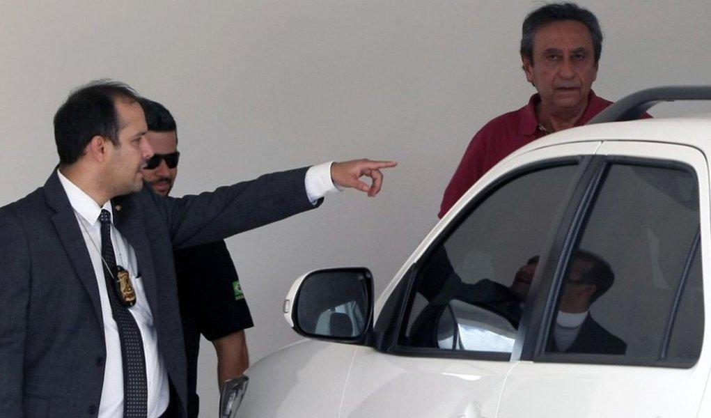 A decisão do juizClésio Coêlho Cunha, que respondepela 7ª Vara Criminal de São Luís, absolveu a ex-governadora Roseana Sarney das acusações sobre desvio deR$ 1,95 milhão da saúde para a campanha eleitoral de 2010; entre os argumentos, o magistrado em nenhum momento refutou a possibilidade de desvio, mas tentou demonstrar que Roseana não era responsável por ordenar despesas na época