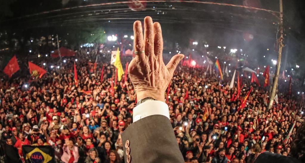 """""""A sociedade brasileira teve sempre a discriminação como um dos seus pilares"""", escreve Emir Sader; para o sociólogo, """"Lula é o personagem preferencial desses sentimentos, porque sintetiza os aspectos que a elite paulista mais detesta: nordestino, não branco, operário, esquerdista, líder popular"""", e """"não bastasse sua imagem de nordestino, de trabalhador, sua linguagem, seu caráter, está em sua mão: Lula perdeu um dedo não em um jet-sky, mas na máquina, como operário metalúrgico""""; """"O ódio a Lula é um ódio de classe, vem do profundo da burguesia paulista e do centro sul do país e de setores de classe média que assumem os valores dessa burguesia. O anti-petismo é expressão disso. Os tucanos foram sua representação política e a mídia privada seu porta-voz"""", avalia"""