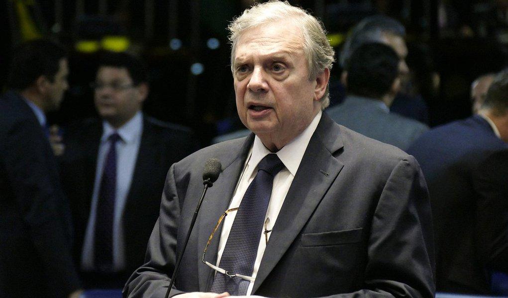 """Após sere confirmado como presidente interino do PSDB até dezembro, o senador Tasso Jereisati (CE), disse que o parlamentarismo """"é a bandeira oficial"""" de seu partido; """"Mas não para agora, nas eleições de 2018, porque não é solução para a crise, e sim como sistema definitivo a partir de 2022""""; Tasso negou que o partido esteja dividido apesar, de ele e outros parlamentares tucanos já terem defendido a saída da base do governo. """"O que temos são apenas divergências. E continuaremos tendo porque não somos partido de pensamento único"""""""