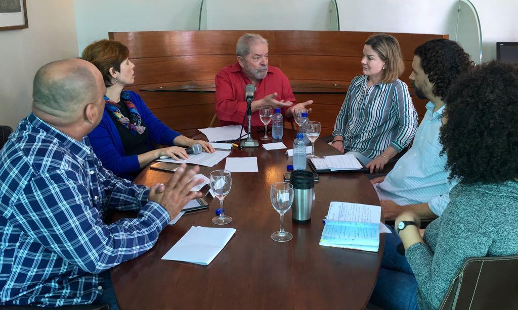 Ex-presidente concede entrevista à mídia independente de Pernambuco e Dilma participa de ato público em Ipojuca (PE), defendendo a política de conteúdo local; leia reportagem da Rede Brasil Atual