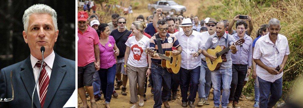 """""""Mais uma prova de que o golpe fracassou e fracassa em suas promessas vãs. O Brasil piora a cada dia, enquanto os principais líderes da traição a Dilma vão se afogando em escândalos.Enquanto os cães ladram, a caravana passa. Em Minas, Lula hoje tem compromissos em Diamantina e Cordisburgo. Sempre bem recebido pelo povo"""", afirma o deputado"""