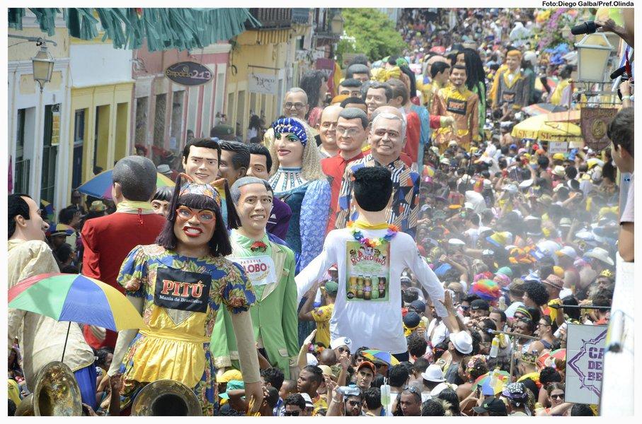 Um dos símbolos do carnaval pernambucano, o Encontro dos Bonecos Gigantes de Olinda percorreu as ladeiras da cidade pelo 30º ano consecutivo; os bonecos - que têm em média 3,4 metros quando montados -,são levados na cabeça e nas costas dos bonequeiros; novidade deste ano foram os 40 bonecos mirins, de tamanho menor, como forma de continuar a brincadeira entre gerações, atraindo crianças e envolvendo os filhos das pessoas que fazem a cultura dos bonecos gigantes