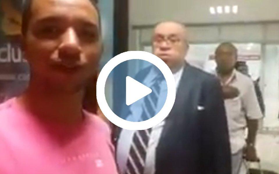 """O deputado Heráclito Fortes, o Boca Mole da lista da Odebrecht, foi recebido aos gritos de """"golpista"""" e """"cadê a propina"""" em seu retorno a Teresina após votar a favor da interrupção da investigação contra Michel Temer na Câmara"""