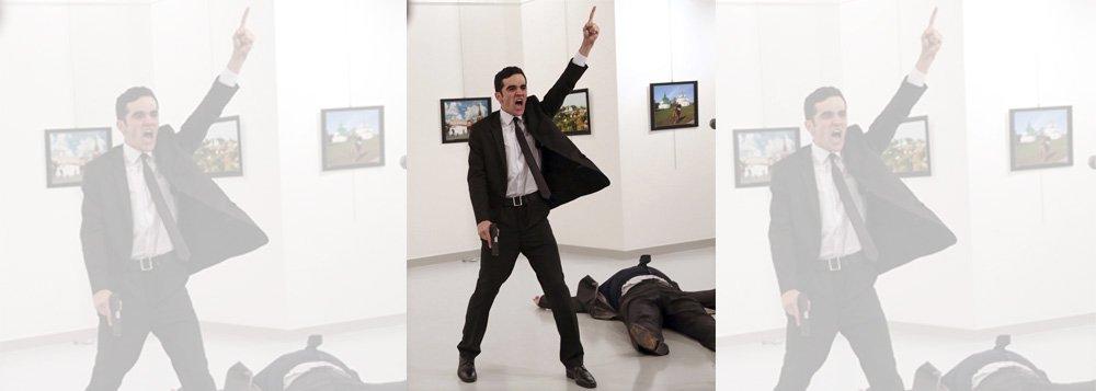 """Fotografia do assassino do embaixador da Rússia na Turquia, com a pistola ainda na mão e o corpo do diplomata estendido no chão em segundo plano, ganhou nesta segunda-feira, 13, o World Press Photo, o prêmio mais importante do fotojornalismo internacional; imagem foi feita no dia 19 de dezembro de 2016, quando um policial que estava de folga, Mevlüt Mert, atirou contra o então embaixador da Rússia na Turquia, Andrei Karlov, em uma sala de exposições em Ancara; foto, chamada """"Um assassinato na Turquia"""", é obra do fotojornalista turco Burhan Ozbilici, que trabalha há 28 anos para a Associated Press"""