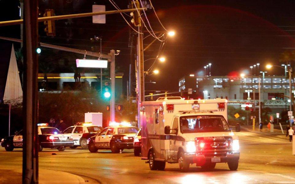 Homem armado abriu fogo contra o público de um festival de música country em Las Vegas na noite de domingo, matando aomenos 50 pessoas e deixando mais de 100 feridos, antes de ser morto pela polícia; polícia descreveu o suspeito como um morador de Las Vegas, que agiu sozinho e que não acredita-se estar ligado a nenhum grupo militante; inicialmente, foi divulgado que o atirador havia matado 22 pessoas