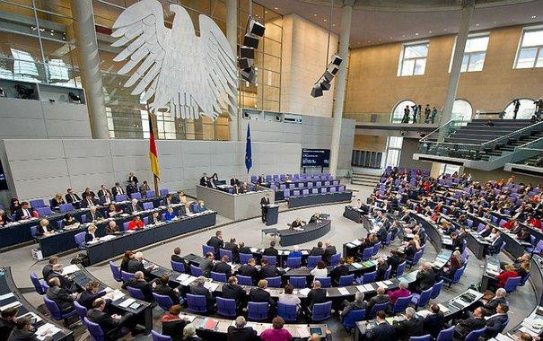O sistema alemão, que junta eleições majoritárias e proporcionais para compor um Parlamento em que os partidos têm representação ajustada aos votos que receberam, pode ser adaptado ao Brasil, mantendo sua essência