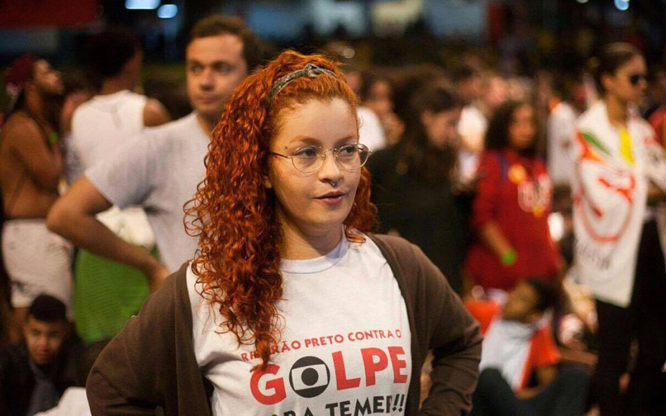"""Autora da ovada em Jair Bolsonaro, a militante do PCdoB Gabrielle Van Pelt conta que vem recebendo inúmeras ameaças pelas redes sociais; """"Esses crimes de ódio não podem ficar impunes. E, se depender de mim, não vão mesmo"""", diz, em entrevista a Lucas Vasques, na Revista Fórum"""