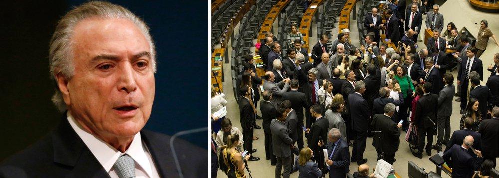 Rejeitado por mais de 90% dos brasileiros, Michel Temer conseguiu na noite desta quarta-feira, 25, escapar mais uma vez da Justiça depois de gastar R$ 32 bilhões na compra de deputados; peemedebista conseguiu251 votos favoráveis ao parecer do deputado Bonifácio de Andrada, que rejeitava a denúncia de obstrução de Justiça e organização criminosa; 233 deputados votaram a favor das investigações e houve duas abstenções; ao todo, foram 486 votantes e 25 ausentes