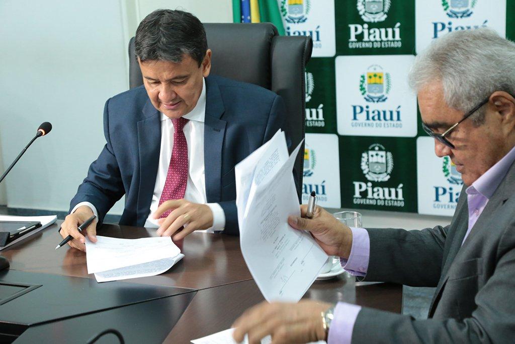 O governador Wellington Dias e o superintendente do Banco do Nordeste no Piauí, Francisco Lopes,assinaram no Palácio de Karnak, aditivo ao contrato firmado em 02 de julho de 2010, no valor de R$ 288 milhões; o aditivo contempla a prorrogação do prazo para utilização dos recursos ainda não empregados, no valor de R$ 59 milhões, até 23 de junho de 2018, e inclui projetos do Plano Plurianual (PPA) 2016-2019 do estado