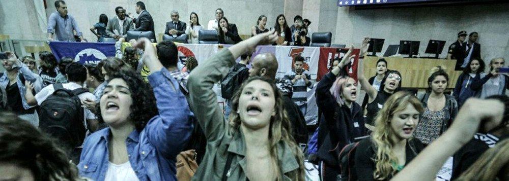 Contra a redução do passe estudantil e também contrários ao plano de privatizações do prefeito João Doria (PSDB) para a cidade de São Paulo, os estudantes secundaristas ocupam a Câmara dos Vereadores da capital paulista desde a manhã desta quarta-feira (09); os manifestantes querem a realização de um plebiscito para aprovar o plano de desestatização