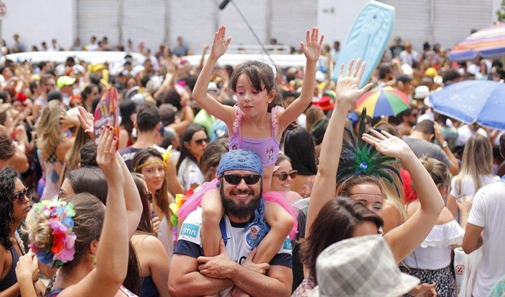Depois de dias de preparação e festa, o carnaval nas ruas de Belo Horizonte começou nesta sexta-feira, 24, com cerca de 240 blocos desfilando até o dia 1º, já na quarta-feira de Cinzas; folia teve inicio pela manhã, com o bloco Xandão e Os Cabaneiros, no bairro de Cabana, na zona oeste da cidade. O total de blocos cadastrados pela prefeitura este ano passa dos 360, numa festa que, na prática, começou no último dia 11;confira a programação completa do carnaval de rua em Belo Horizonte