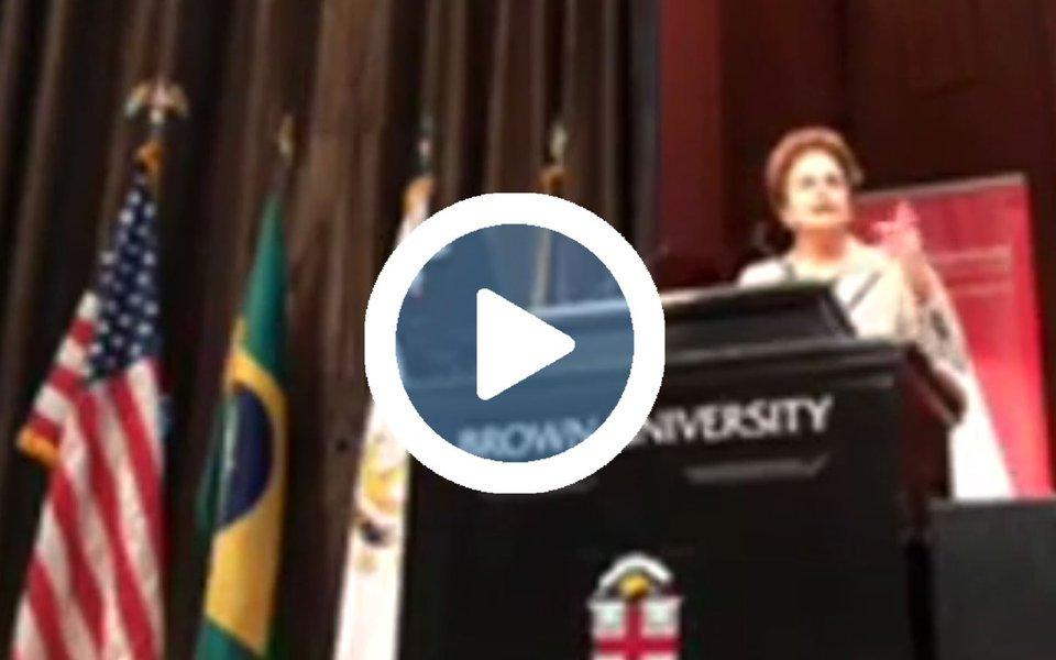 """Em discurso durante a conferência """"Os desafios da democracia no Brasil"""", na Brown University, nos Estados Unidos, a presidente deposta Dilma Rousseff afirmou que a democracia é o único caminho para se chegar às transformações no Brasil; """"Foi esse caminho democrático que permitiu as mudanças"""", declarou a uma plateia de estudantes; segundo ela, com a troca de poder após um golpe parlamentar, """"todas as políticas sociais"""" promovidas nos últimos 13 anos estão em risco, com a aprovação da medida que congela gastos pelos próximos anos; para Dilma, o governo Temer vive atualmente uma """"grande contradição"""": """"Se eles não entregarem as reformas que prometeram, perdem o apoio de parte da mídia e do mercado. Se entregarem, se autodestroem diante da população"""""""
