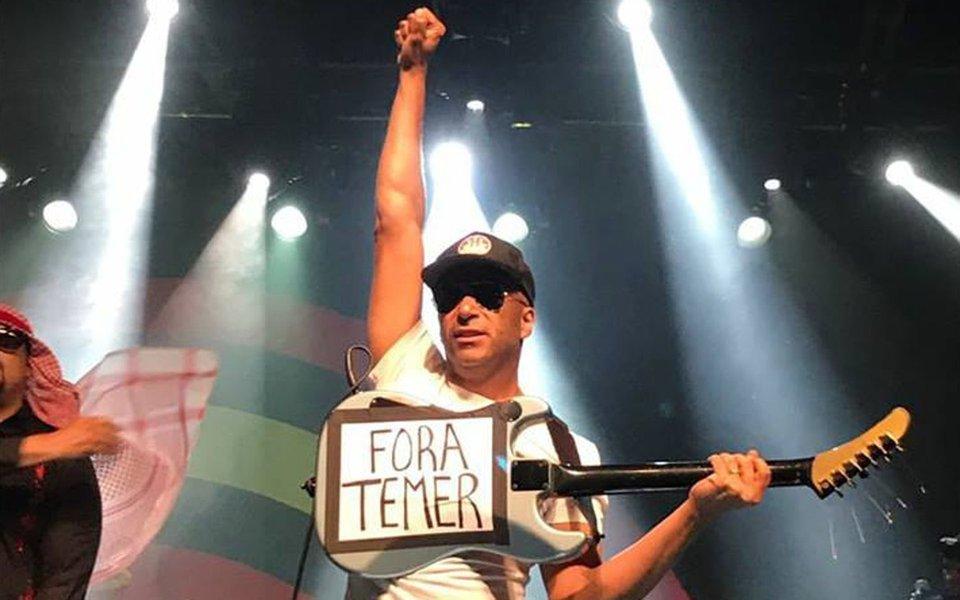 """Tom Morello surpreendeu o público ao colar na guitarra um cartaz escrito """"Fora, Temer""""; posteriormente ele postou a crítica em sua conta no Instagram e recebeu apoio dos fãs brasileiros"""