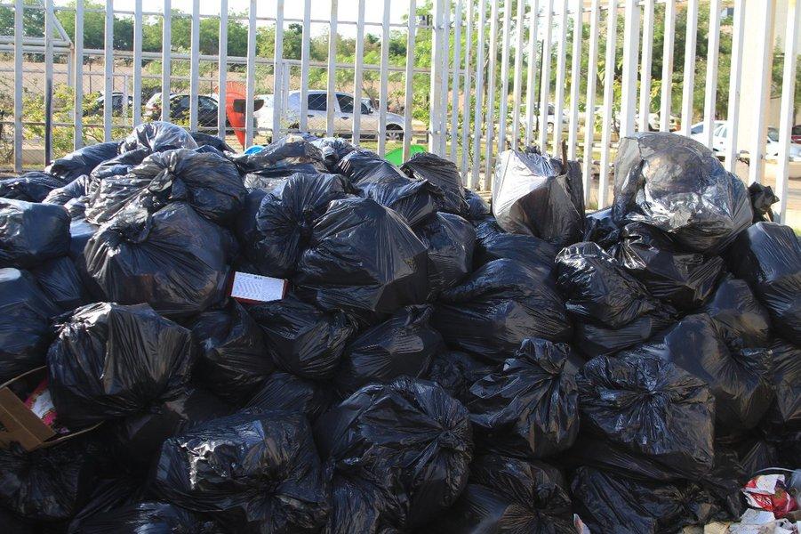 A coleta de lixo em Goiânia continua com problemas. Em alguns bairros, os caminhões da Comurg demoram até 10 dias para recolher o lixo nas calçadas; a foto dessa matéria foi tirada nesta terça-feira num lixeiro de um condomínio no bairro Goiânia 2; reportagens de telejornais já mostraram que o principal problema é a falta de caminhões; Comurg tem enorme dificuldade para dar manutenção e há dias em que 30 veículos, quase metade da frota, ficam no pátio, sem condições de uso