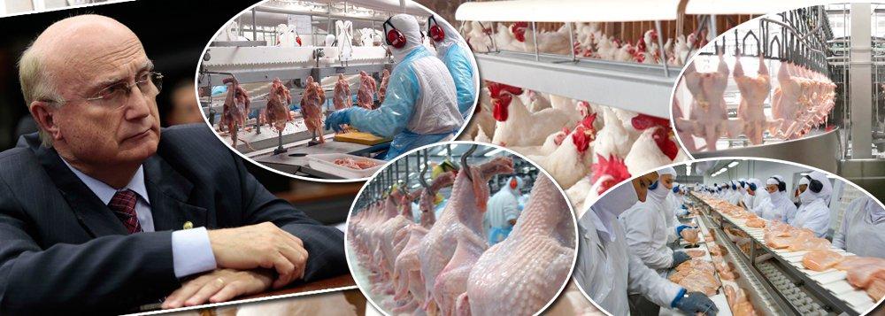 """Operação espalhafatosa da Polícia Federal, somada ao loteamento político da Agricultura por PMDB e PP, já causa grandes prejuízos ao País; a Coreia do Sul barrou temporariamente a importação de frangos da brasileira BRF, após a deflagração da operação Carne Fraca na última sexta-feira 17;governo sul-coreano anunciou ainda que vai intensificar a fiscalização;a União Europeia também anunciou nesta manhã a suspensão da importação de carne de todas as empresas envolvidas na investigação;assunto deve ser levado a reuniões da OMC nesta semana; Michel Temer ainda não demitiu Osmar Serraglio, seu ministro da Justiça, que tratava o líder da máfia dos fiscais como """"grande chefe"""""""