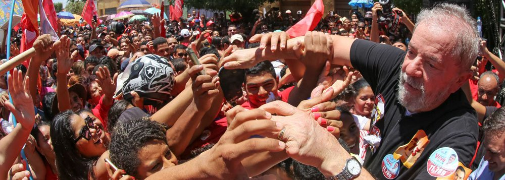 Pesquisa realizada pelo instituto Vox Populi e divulgada nesta terça-feira 18 pela CUT revela que o ex-presidente Lula venceria em primeiro turno caso a eleição presidencial fosse hoje; o petista tem de 44% a 45% dos votos válidos contra 32% a 35% da soma dos adversários nos três cenários da pesquisa estimulada; os tucanos Aécio Neves, Geraldo Alckmin e João Doria aparecem bem atrás de Lula; levantamento mostra ainda quequanto mais a população conhece Michel Temer, melhor avaliado é o ex-presidente Lula