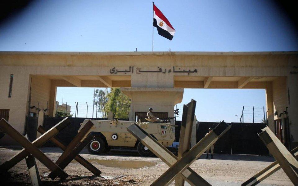 Ao menos 18 policiais egípcios morreram e três ficaram feridos em um ataque reivindicado pelo Estado Islâmico contra um comboio das forças de segurança na península do Sinai, região dominada por uma insurgência; entre os feridos está um general que perdeu uma perna durante a explosão; ataque foi seguido por uma troca de tiros e os militantes também dispararam contra trabalhadores de ambulâncias, deixando quatro feridos
